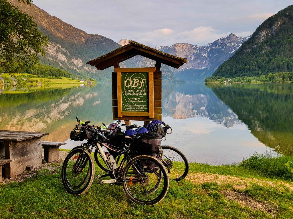 Bicykle na brehu Hallstattského jazera