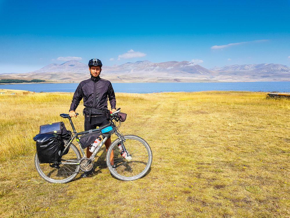 Cyklocestovateľ pri jazere Paravani v Gruzínsku