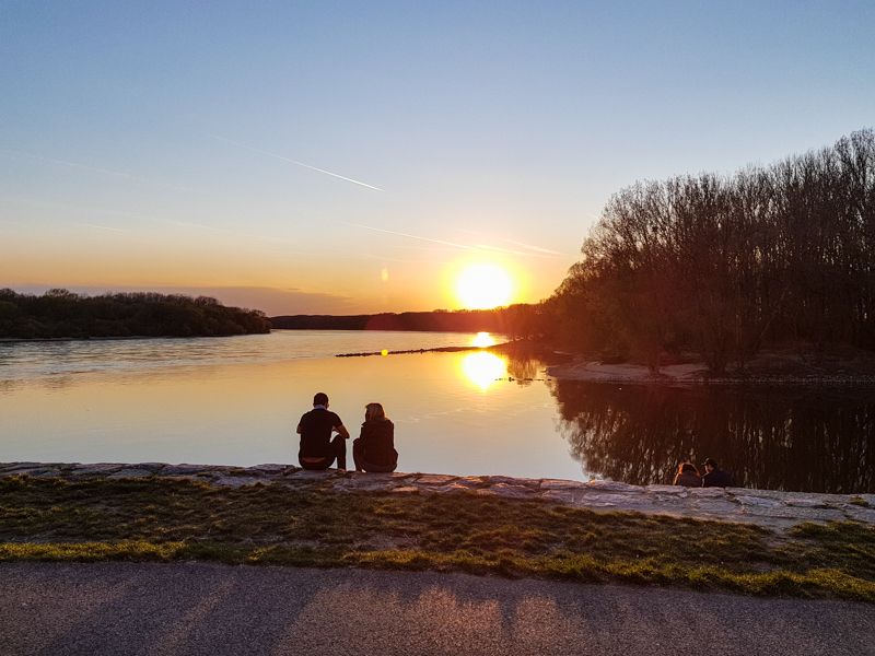Zapad slnka nad sutokom riek Dunaj a Morava