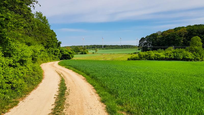 veterne elektrarne cestou k hradu Korlatko