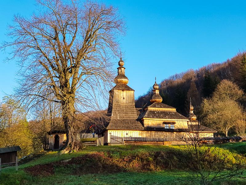 dreveny kostolik v dedine Mikova