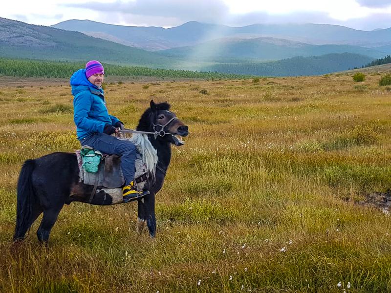 Na konoch v Mongolsku