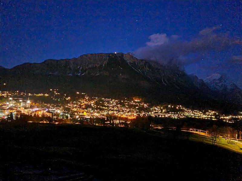 Cortina d'Ampezzo nocny vyhlad na mesto