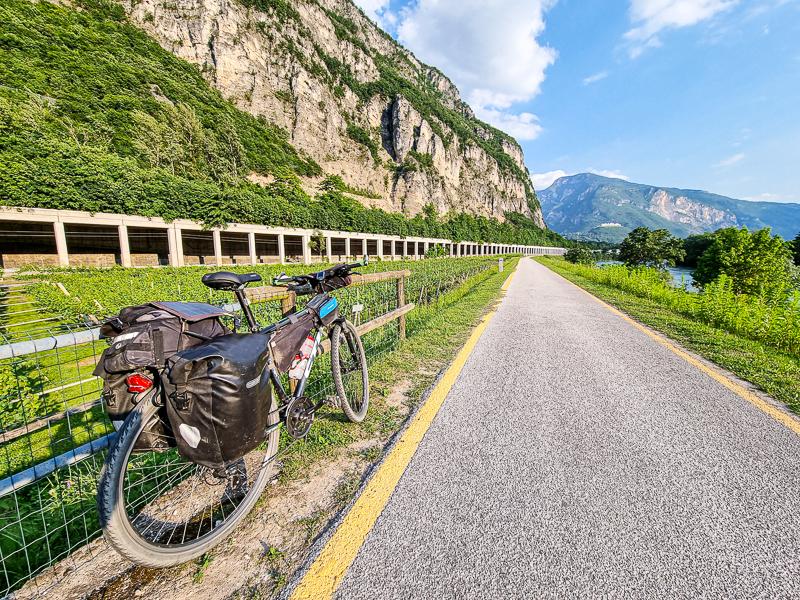 Cyklochodnik pri meste Trento popri rieke Adige